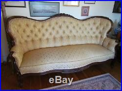 LARGE VICTORIAN CARVED MAHOGANY GOLD COLOURED SETTEE / SOFA (Ref3131)